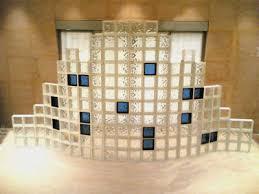 آشنایی با دکوراسیون بلوکهای شیشهای – وبلاگ خانه منبلوک شیشه ای یا گلاس بلاک (Glass Block) به قطعاتی گفته میشود که از جنس شیشه  ساخته میشوند این قطعات جداي از جنبه هاي تزئینی، كاربردهاي بسياري دارند.